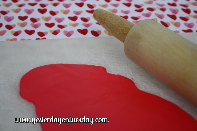 Simple Heart Cookies - Yesterday on Tuesday #valentinesday #heartcookies #valentinestreats #fondant
