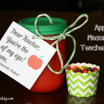 Cute Apple Mason Jar gift for teachers #masonjarcrafts #applecrafts