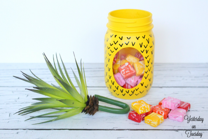 Transform a plain mason jar into a fun pineapple candy jar, plus free printable tags. Perfect back to school teacher's gift.