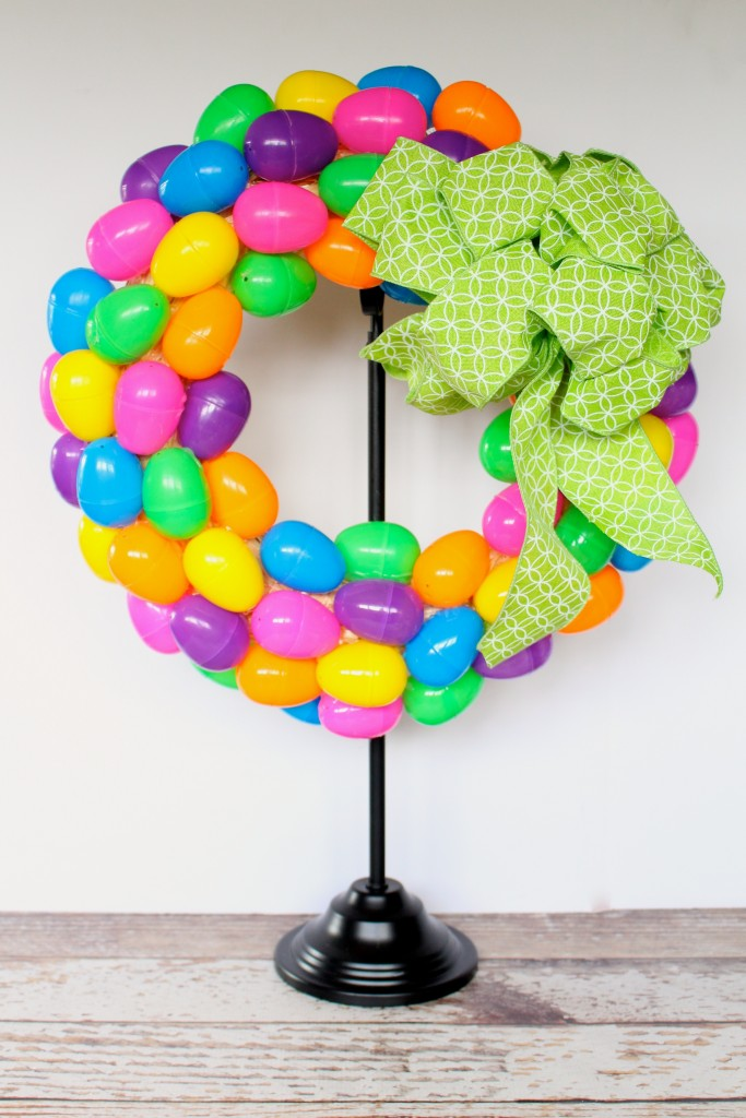 How to make a cute and colorful plastic Easter Egg Wreath