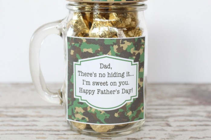 Father's Day Mason Jar Gift with printable labels. Any Dad would love this cool mug, camo patterned lid and camo straw!