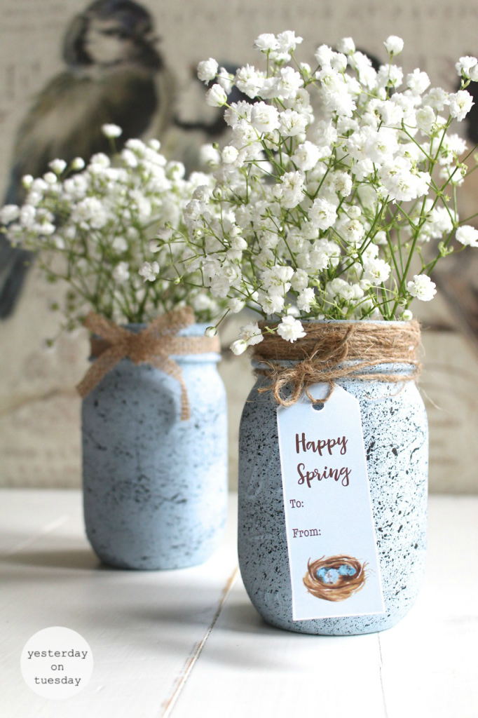 Speckled Robin's Egg Mason Jar and Printable Tags: How to create a faux robin's egg finish on a mason jar. Lovely decor for spring and Easter.