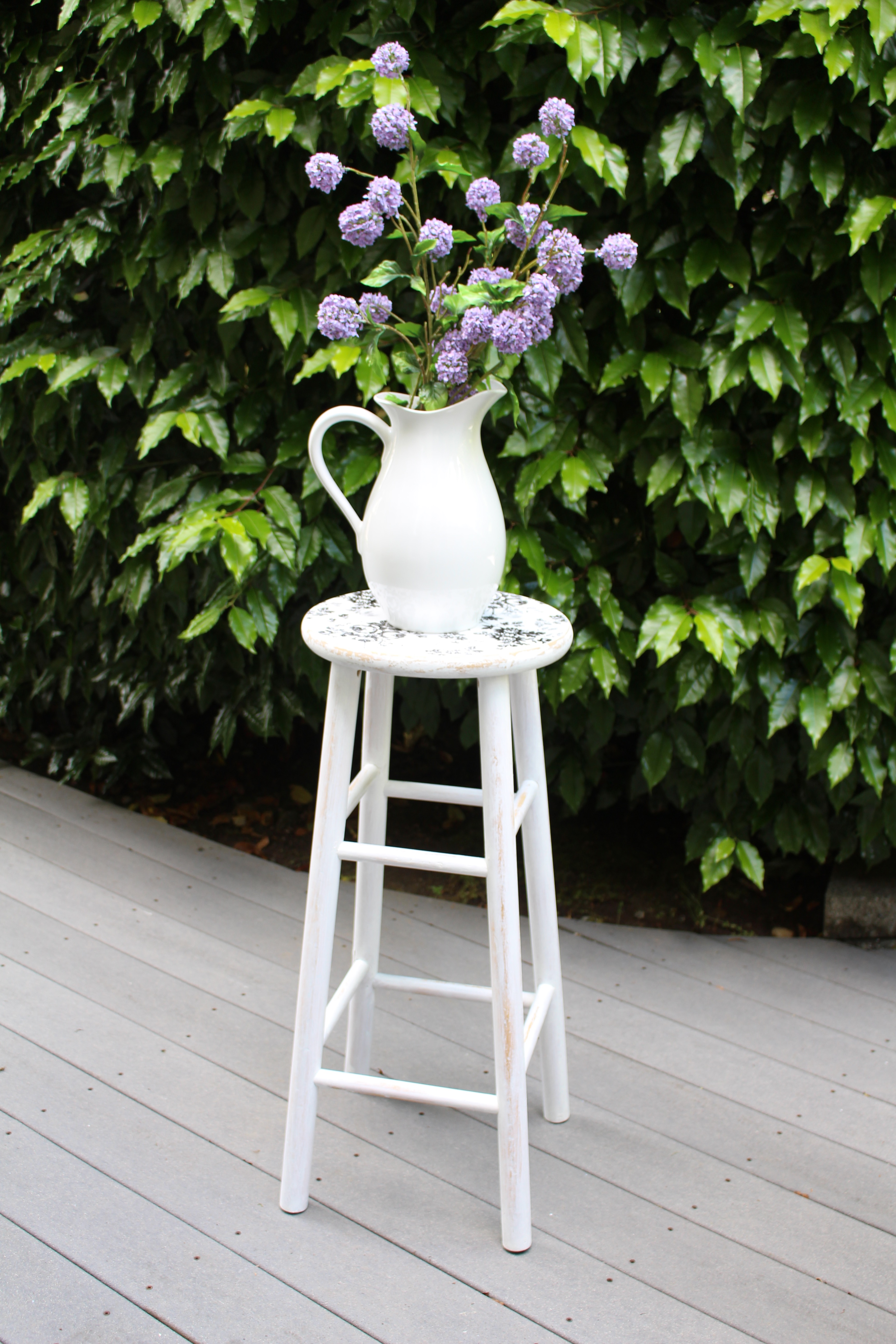 Farmhouse-Stool-with-Flowers