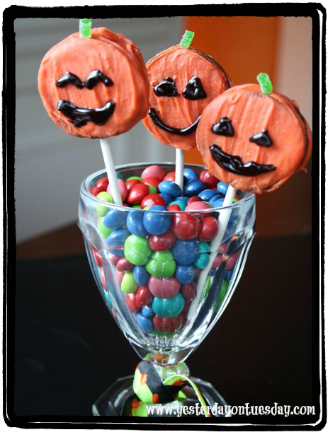Pumpkin Cookie Cake Pops - Yesterday on Tuesday #halloween treat #halloween cake pops