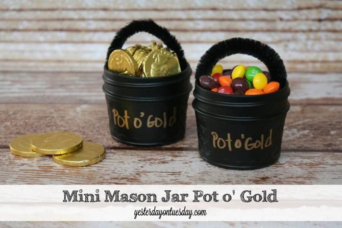 A whimsical St. Patrick's Day gift idea: Mini Mason Jar Pot o' Gold #masonjars
