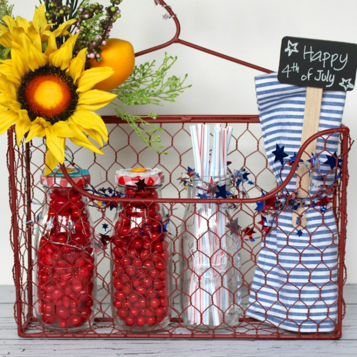 Patriotic Party Caddy: It's the perfect hostess gift for a 4th of July party or barbecue.
