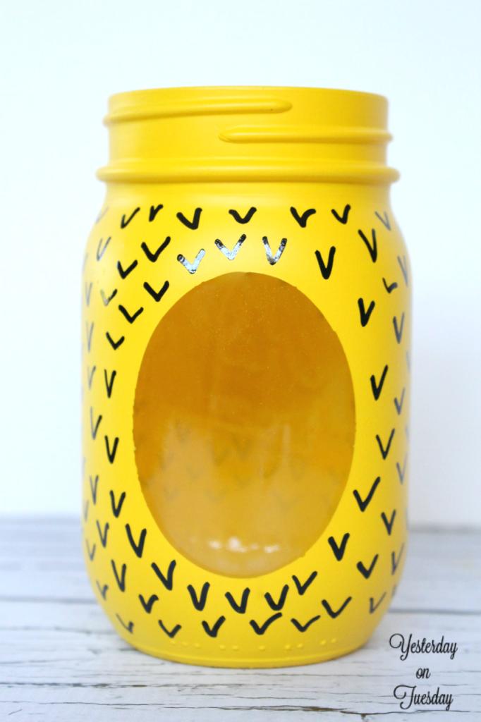Transform a plain mason jar into a fun pineapple candy jar, plus free printable tags. Perfect back to school teacher's gift.