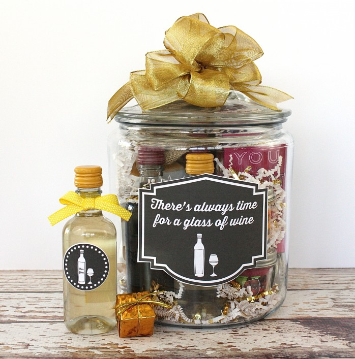 Wine Lover's Gift in a Jar: Ideas, a project and label and tag printables. A great gift for birthdays, the holidays or anytime!