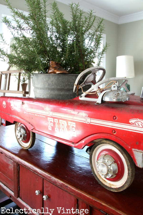 christmas-tree-in-vintage-toy-car