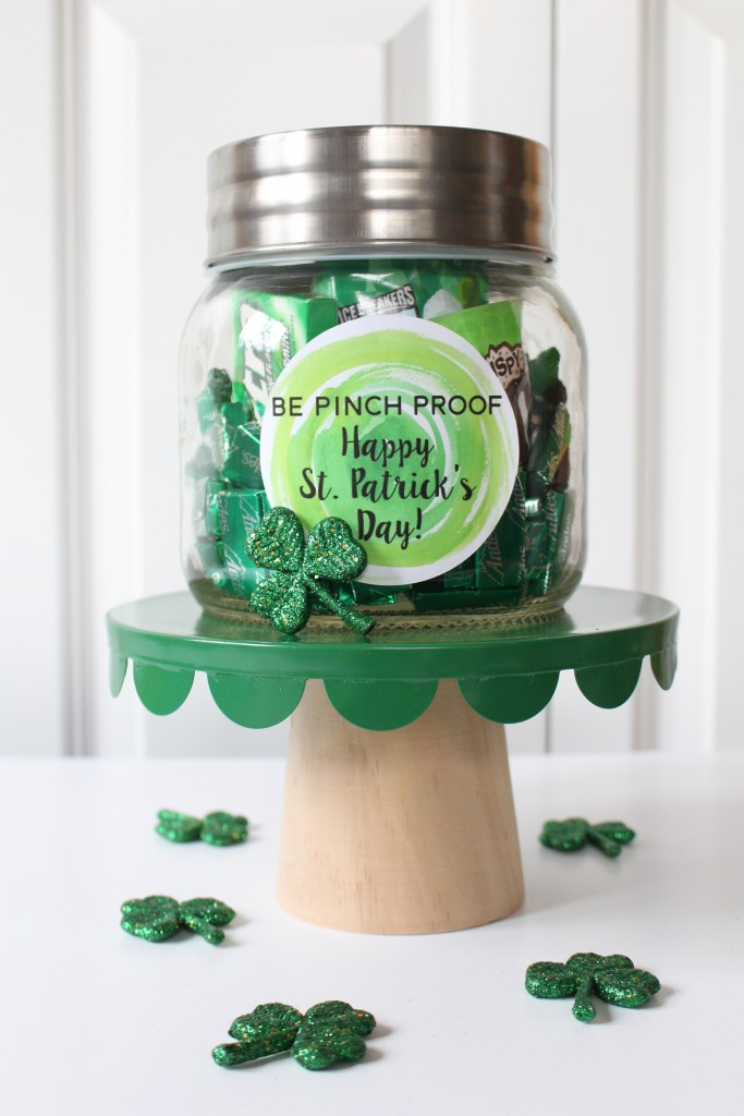 Green Themed Mason Jar Gift: Fun and cheap St. Patrick's Day gift idea using stuff from the grocery store and free printable labels